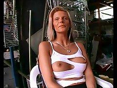 Sexy Lulu wird hart von einer Maschine gefickt