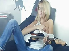 Unbelievable blond and her guitar