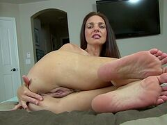 Bitch offers a great view to her pussy in foot fetish XXX tryout