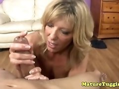 Hj loving cougar sucking hard dick