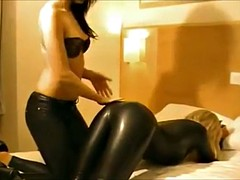 Sexual lesbian couple in leather - m fetish videografie