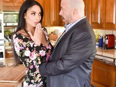 Rich French MILF Anissa Kate gives a hot blowjob on the knees